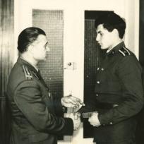 Начальник политотдела училища полковник Малинин и курсант В.Миронов